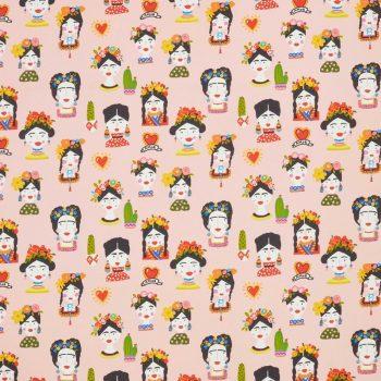 Sfeervolle roze kleurige katoenen stof met poppetjes dessin. Zelf te wassen en te strijken. 150 cm breed.