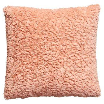 Zacht wollig kussen met roze kleur. 45x45 cm (lxb).